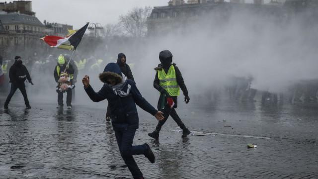 Protestos dos Coletes Amarelos em França mobilizam 80 mil polícias