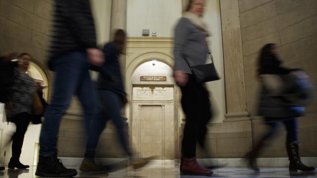 Congressistas tentam resolver paralisação do governo fora da Casa Branca