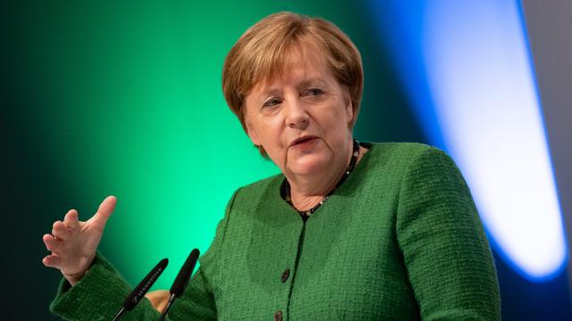 """Merkel diz que tratado franco-alemão """"é necessário"""" para impulsionar UE"""
