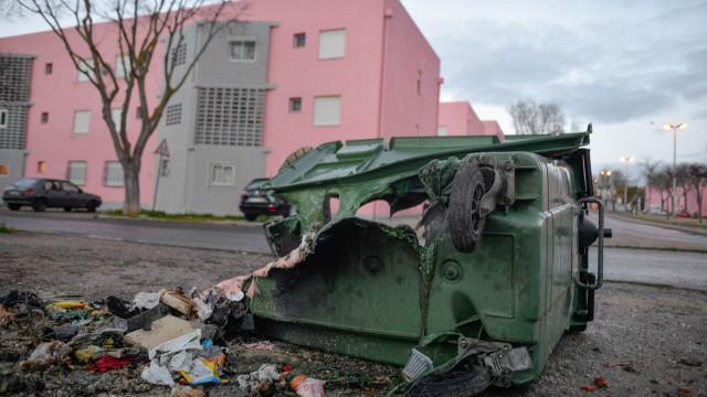 Mais uma noite de vandalismo. Autocarro e 30 caixotes do lixo incendiados