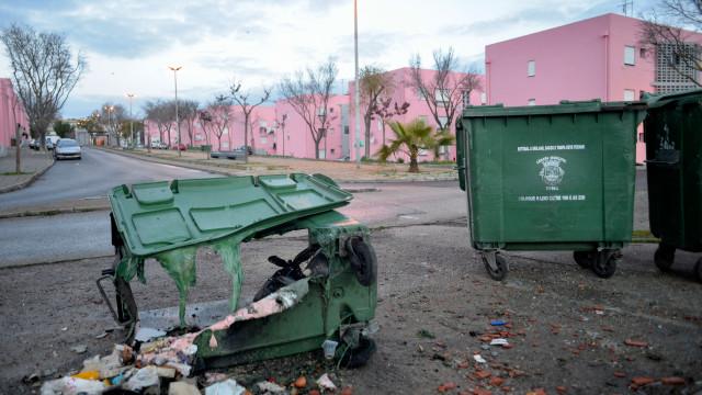 Oito caixotes do lixo incendiados durante a noite no bairro da Bela Vista