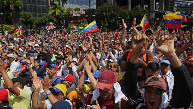 Dezenas de milhares pró e contra regime nas ruas de Caracas