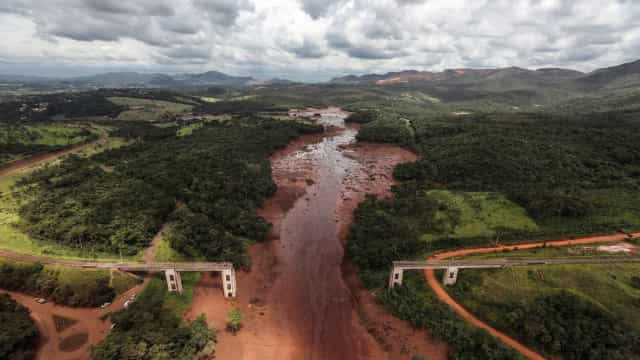 Risco de rutura de outra barragem no Brasil interrompe operação de busca