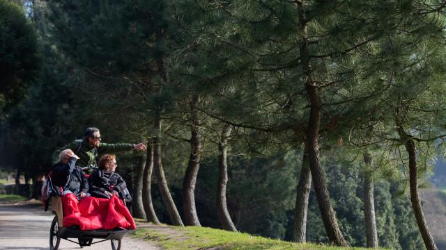 """Bicicleta adaptada passeia idosos e crianças no Porto """"sem pressas"""""""