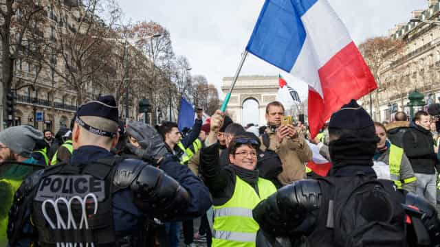 Centenas manifestam-se em Paris pelo 13.º sábado consecutivo