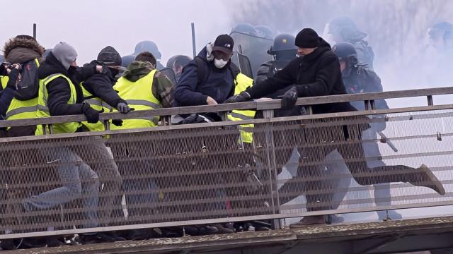 Maioria dos franceses quer fim dos protestos dos Coletes Amarelos