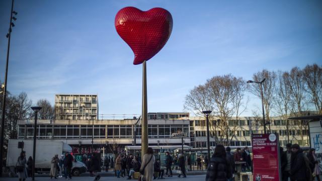 Artista Joana Vasconcelos dá coração a Paris no Dia dos Namorados