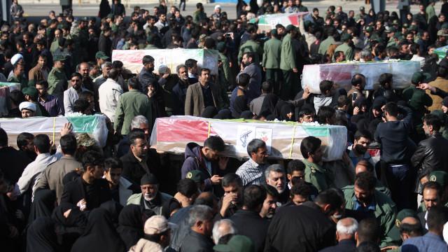 Milhares de iraquianos pedem vingança pelo ataque que matou 27 soldados