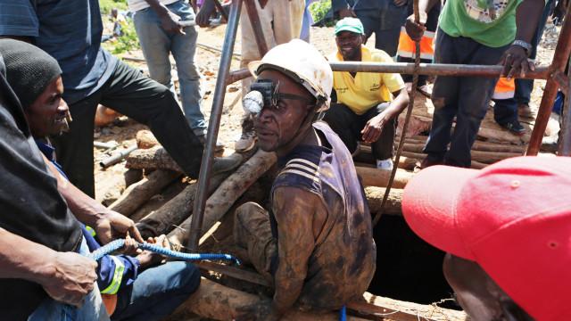 Oito mineiros resgatados com vida de mina de ouro no centro Zimbabué