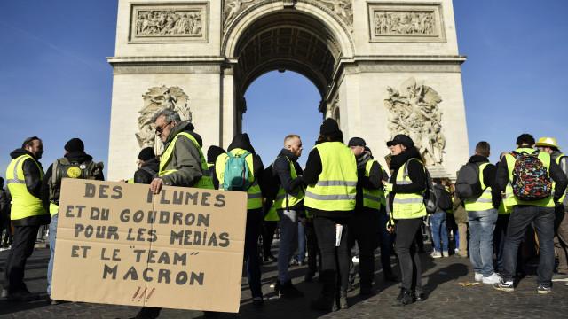 Menos Coletes Amarelos em protesto nas ruas contra Macron