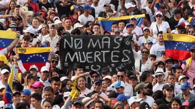Milhares assistem a Venezuela Live Aid junto à fronteira colombiana