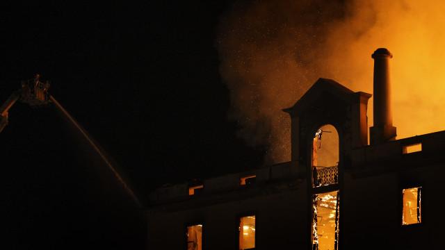 Cerca de 40 viaturas e mais de 60 bombeiros em combate a fogo no Funchal