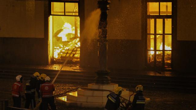 Incêndio em edificio devoluto no Funchal em fase de rescaldo