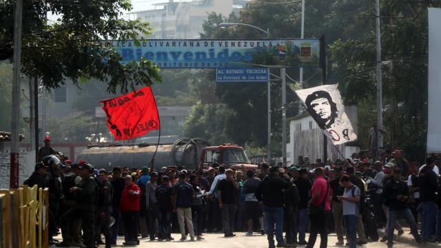 Guaidó assistiu a partida simbólica de camiões com ajuda na fronteira