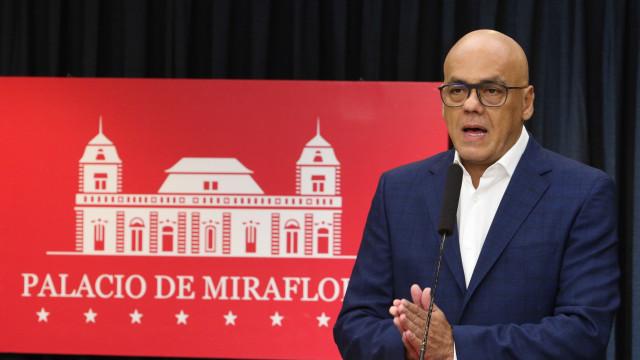 Governo venezuelano acusa Juan Guaidó de financiar grupo de paramilitares