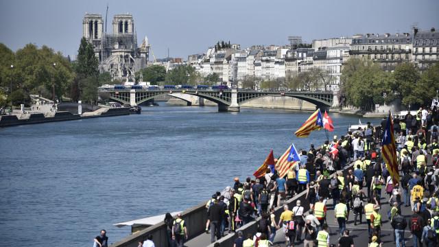 Coletes Amarelos criticam adiamento de reformas por causa de Notre Dame