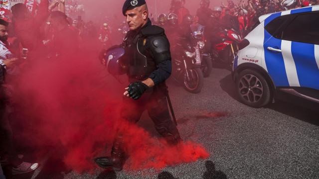 Tensão entre adeptos e polícia na Luz. Já há detenções