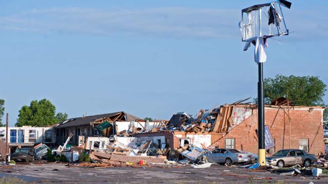 Pelo menos dois mortos e 29 feridos em tornado no Oklahoma nos EUA