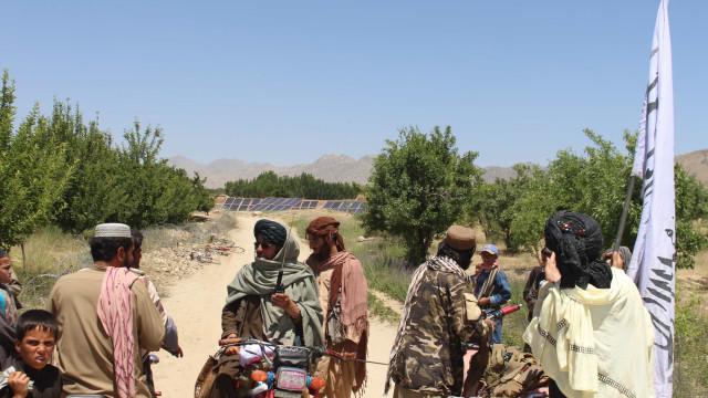 Talibãs encerram dezenas de centros de saúde geridos no Afeganistão