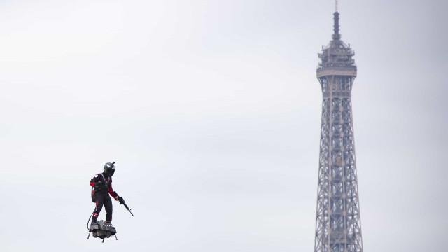 Homem voador e robôs nas cerimónias do Dia Nacional de França