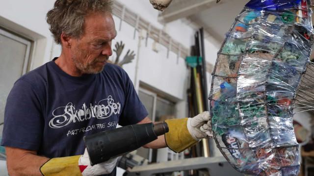 Artista transforma em arte lixo recolhido nas praias da Ericeira