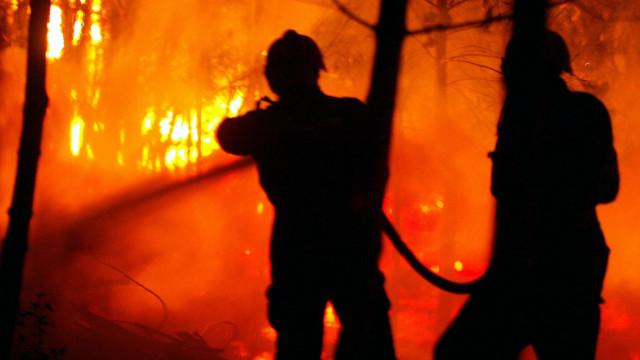 Dois bombeiros feridos em incêndio na serra de Sintra