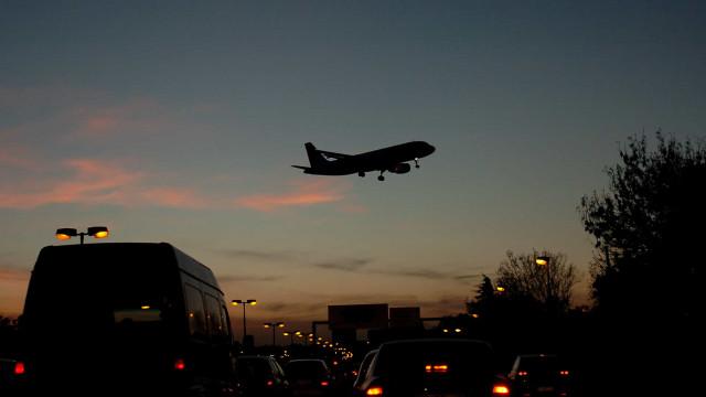 Mais de 1.150 casos de lasers apontados a aviões perto dos aeroportos