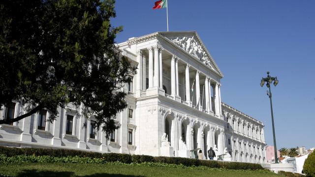 PCP entrega proposta para revogar lei das plataformas eletrónicas