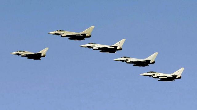 Avião militar despenha-se após comemorações do dia nacional de Espanha