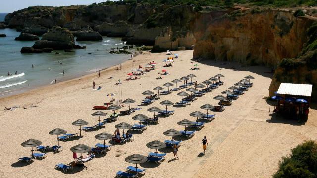 Duas praias de Albufeira fechadas a banhos por sujidade na água