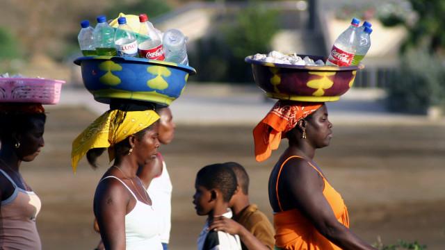 """Cabo-verdianas lutam por artesanato contra souvenirs """"made in"""" China"""