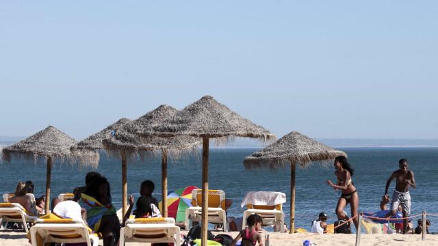 Praia de Santo Amaro repleta de adultos e crianças em 'hora proibida'
