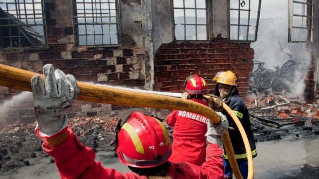 Incêndio atinge armazém de louças em Óbidos