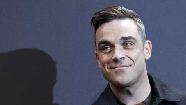 Aos 43 anos, Robbie Williams volta a posar totalmente nu