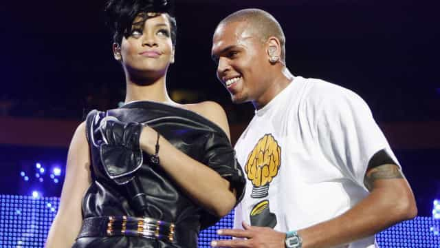 """Rihanna e Chris Brown falam """"frequentemente"""" um com o outro, diz fonte"""