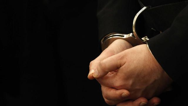 Homem apanhado em flagrante a furtar guardas de segurança