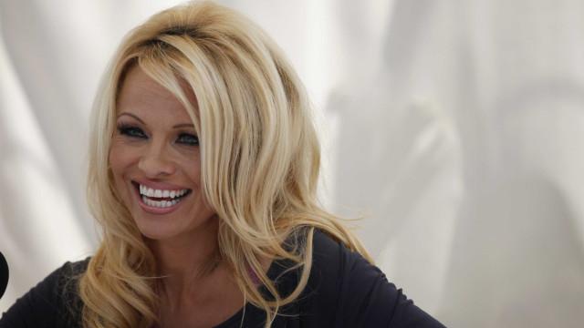 Pamela Anderson explica o porquê do sexo a três não resultar