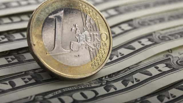 Euro continua a descer e segue abaixo de 1,14 dólares