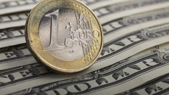 Euro desce ligeiramente em relação ao dólar