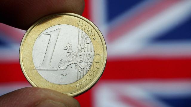 Euro baixa face ao dólar e sobe em relação à libra