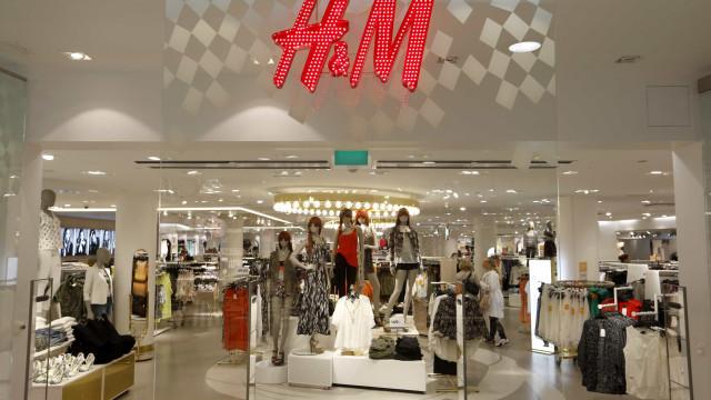 Polémica com sweat leva H&M a pedir desculpa e a retirar imagem