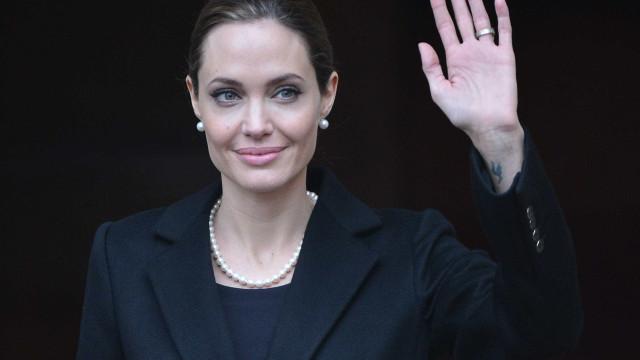 """Angelina Jolie tem novo amor: """"É bonito, mais velho e não é famoso"""""""
