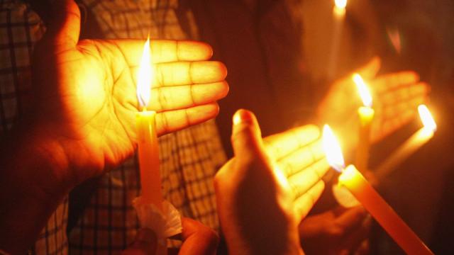 Charlottesville: Centenas em vigília com velas contra a violência