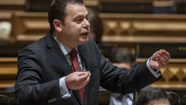 "Primeiro-ministro ""merece censura do Parlamento"""