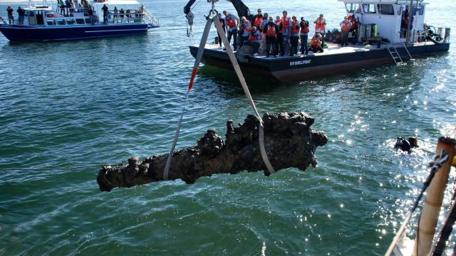 Resgatados dois canhões de fragata do século XIX afundada