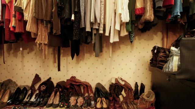 Mulher contratada para decorar montras foi apanhada a roubar roupa