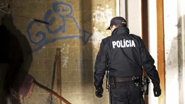Tentam fugir à polícia ao serem apanhados a traficar