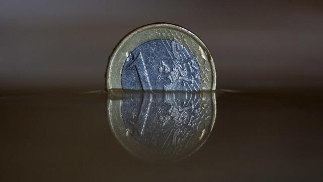 Euro cai e segue abaixo de 1,17 dólares