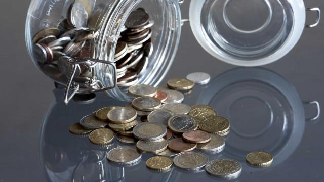 Euro sobe face ao dólar mas libra regista queda acentuada