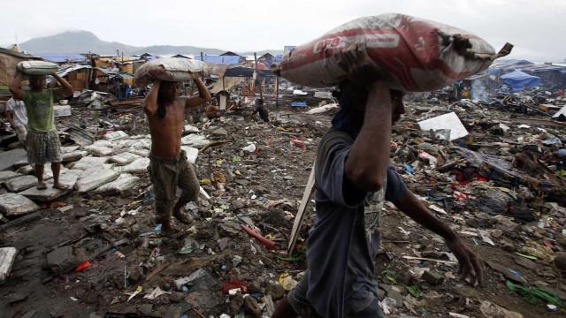 Angolanos vítimas de expropriações de terrenos e de repressão